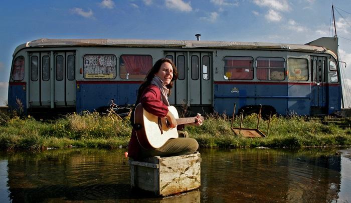 Annemarie Brijder buiten met gitaar